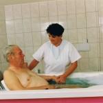 Einsetzen des Patienten in die Pflegewanne